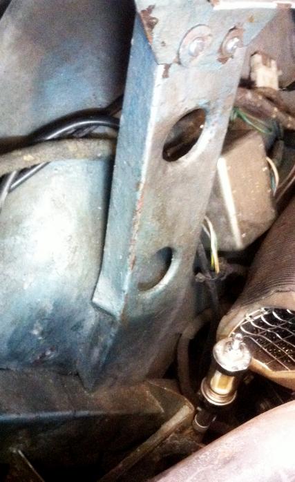 Shroud bracket lower