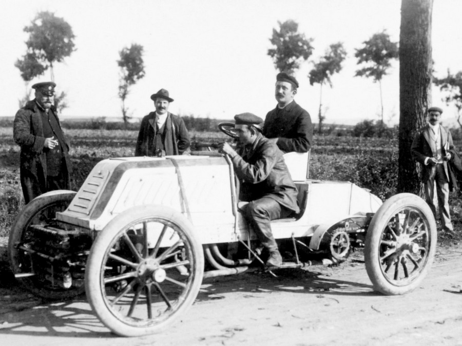 1902 Mors with driver Maurice Augières and his riding mechanic